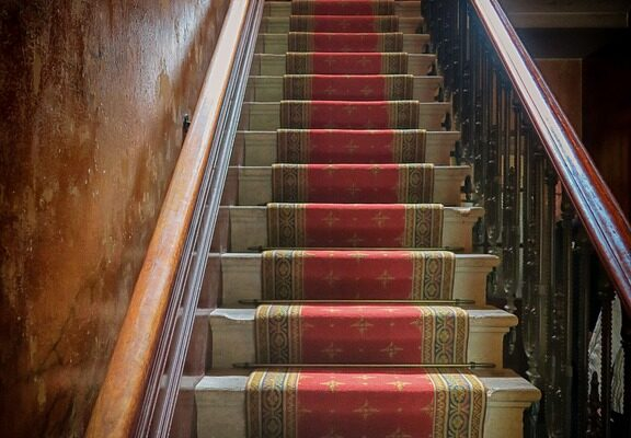 pasilleros en escaleras