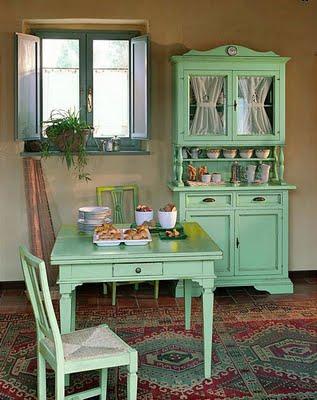 silla, mesa y armario pintada con pintura en esmalte verde